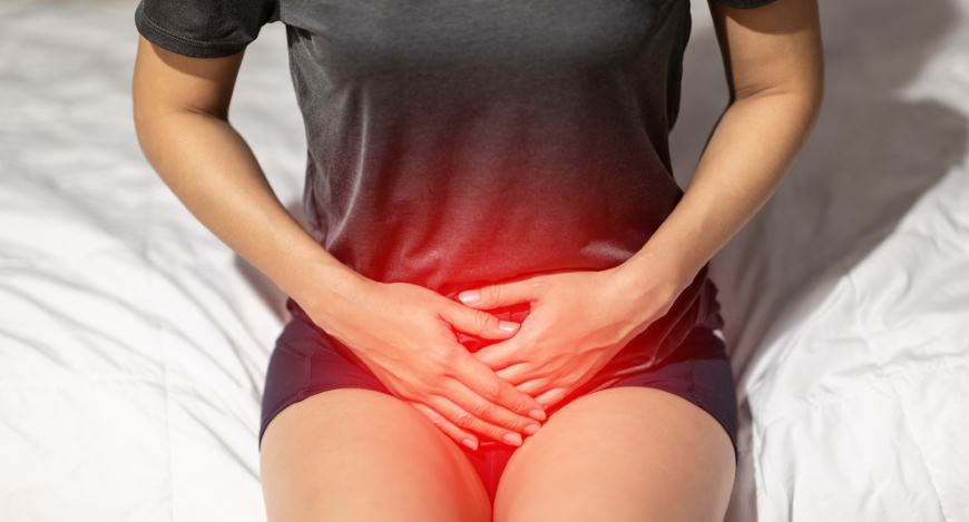 Eine Frau die Schmerzen im Unterleib hat