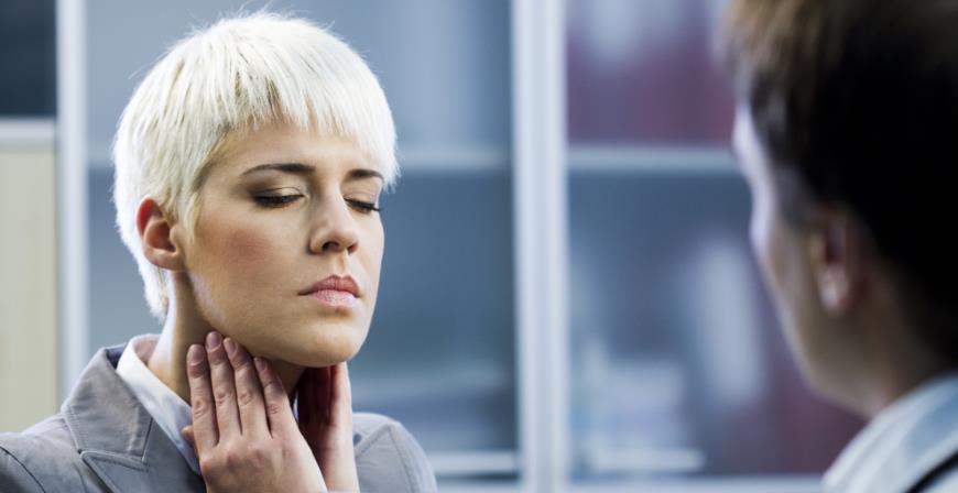 Blonde Frau mit Kehlkopfentzündung